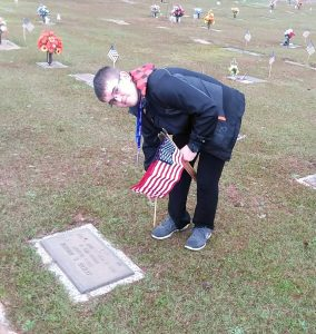 Seneca High JROTC places flags on graves of veterans | Test