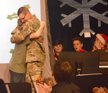 A soldier's surprise: Army private returns home for Christmas | Test